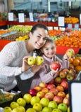 Мать и маленькая дочь выбирая сезонные плодоовощи Стоковые Изображения