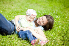 Мать и маленькая дочь играют в парке Стоковая Фотография RF
