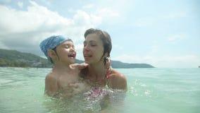 Мать и маленькая дочь имея потеху на море Счастливая семья на каникуле сток-видео