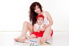 Мать и маленькая дочь покрашенные с покрашенными карандашами Стоковые Изображения