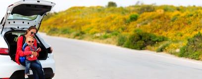Мать и маленькая дочь путешествуют автомобилем в лете Стоковая Фотография