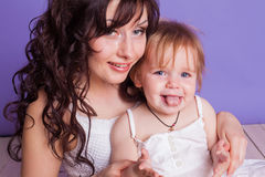 Мать и маленькая улыбка игры дочери стоковые фотографии rf