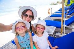 Мать и маленькие девочки принимая автопортрет на тропические каникулы Стоковая Фотография RF