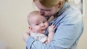 Мать и маленький сын младенца видеоматериал