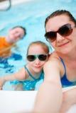 Мать и малыши на каникуле стоковое фото