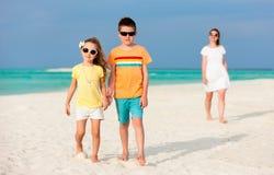 Мать и малыши на тропическом пляже Стоковое фото RF