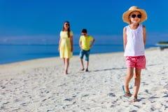 Мать и малыши на тропическом пляже Стоковые Фото