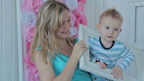 Мать и мальчик смотря через рамку сток-видео