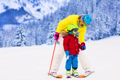 Мать и мальчик уча кататься на лыжах Стоковая Фотография
