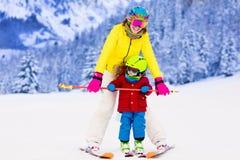 Мать и мальчик уча кататься на лыжах Стоковые Фотографии RF