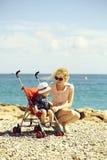Мать и младенец в прогулочной коляске стоковые фото