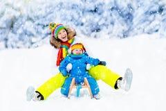 Мать и младенец на езде саней Потеха снега зимы Стоковые Изображения