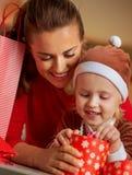 Мать и младенец проверяя приобретения рождества Стоковое Фото