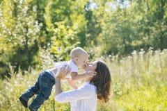 Мать и младенец семьи счастливая и красивая с улыбками совместно стоковая фотография rf