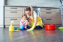 Мать и младенец убирают дом стоковое изображение rf