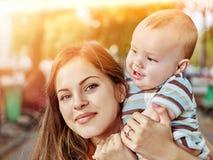 Мать и младенец outdoors весной паркуют Стоковое фото RF