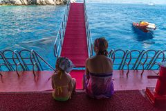 Мать и молодая дочь путешествуют в Средиземном море на корабле Стоковое Фото