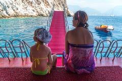 Мать и молодая дочь путешествуют в Средиземном море на корабле Стоковые Фото