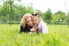Мать и молодая дочь в сельской местности стоковые изображения