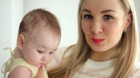 Мать и молодой дежурный дочери акции видеоматериалы