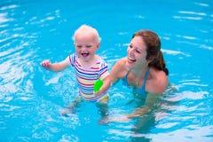 Мать и младенец в бассейне Стоковое фото RF