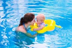 Мать и младенец в бассейне Стоковое Изображение RF