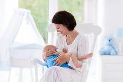 Мать и младенец в спальне стоковое фото rf