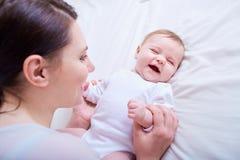 Мать и младенец играя и смеясь над семья счастливая Стоковое Изображение