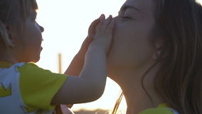 Мать и младенец имея потеху outdoors движение медленное видеоматериал