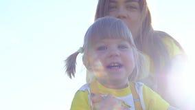 Мать и младенец имея потеху outdoors движение медленное акции видеоматериалы