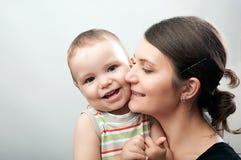 Мать и младенец на белом и сером Стоковое Изображение
