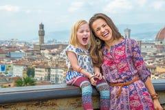 Мать и младенец против панорамного взгляда Флоренции Стоковое фото RF