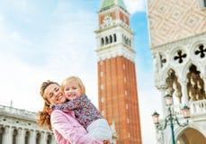 Мать и младенец против marco колокольни di san Стоковые Изображения