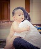 Мать и младенец, сцена семьи Стоковые Фото