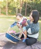 Мать и младенец, сцена семьи Стоковое Изображение