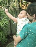Мать и младенец, сцена семьи Стоковое фото RF