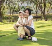 Мать и младенец, сцена семьи Стоковая Фотография RF