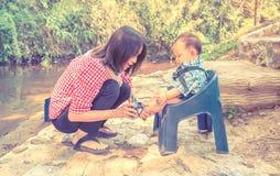 Мать и младенец, сцена семьи Стоковые Изображения RF