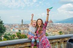 Мать и младенец с ликованием флага в Флоренции Стоковые Фотографии RF