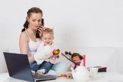 Мать и младенец с телефоном. Стоковые Фото