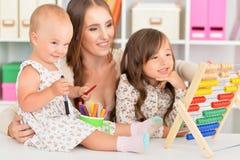 Мать и дочери играя дома Стоковое фото RF