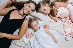Мать и 2 дочери наслаждаются жизнью семья счастливая Стоковая Фотография