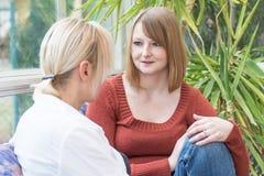 Мать и дочь беседуют дома Стоковое Фото