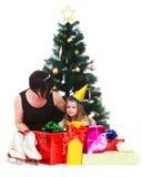 Мать и дочь вокруг рождественской елки стоковые фото
