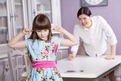 Мать и дочь враждуют из-за злоупотребления компьютер телефона таблетки, таблетка, etc Стоковое Изображение RF