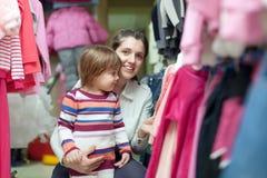 Мать и дочь выбирают носку Стоковые Фотографии RF