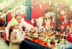 Мать и дочь выбирают омелу Стоковая Фотография