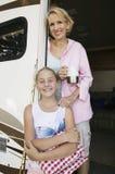 Мать и дочь в входе RV Стоковые Фото