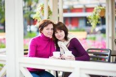 Мать и дочь в кафе Стоковые Фото