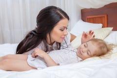 Мать и дочь в кровати Стоковые Изображения